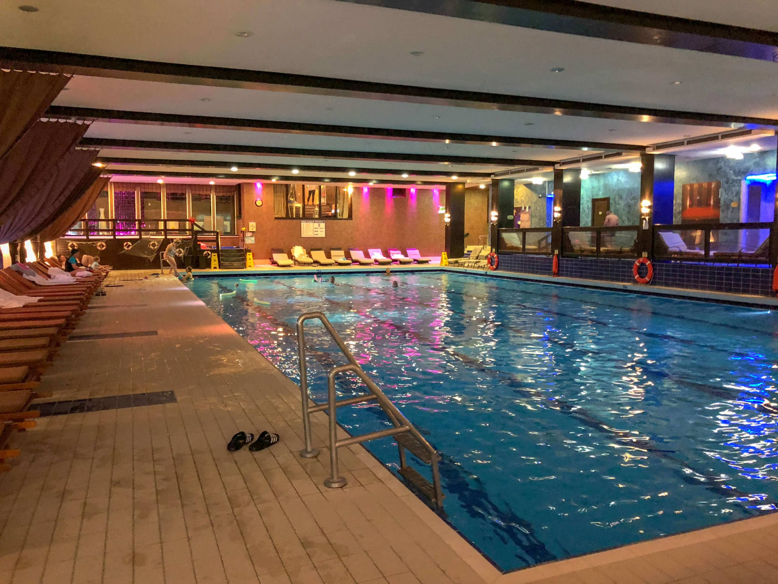 הבריכה במלון